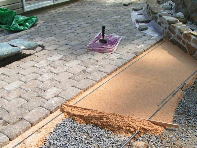 Обустройство: Укладка тротуара на песчаную основу