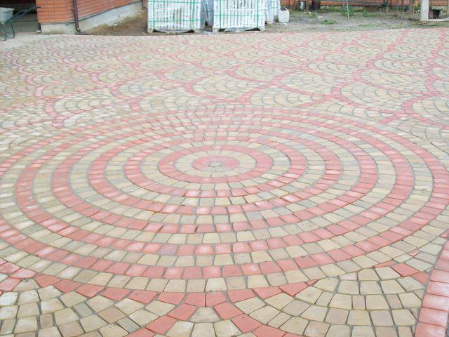Обустройство: Круговая укладка тротуарной плитки