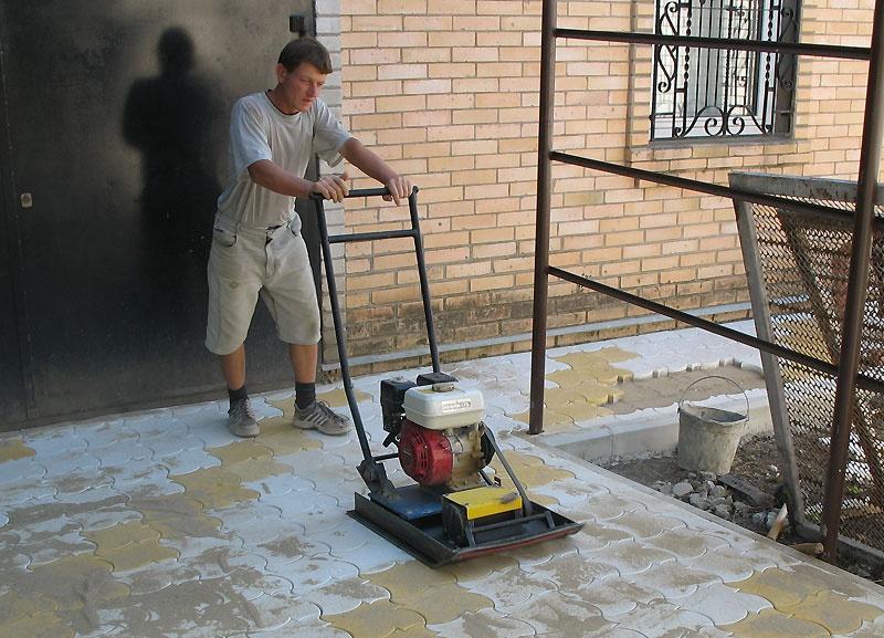 Техника и инструменты для дачи: Виброплита для укладки тротуарной плитки