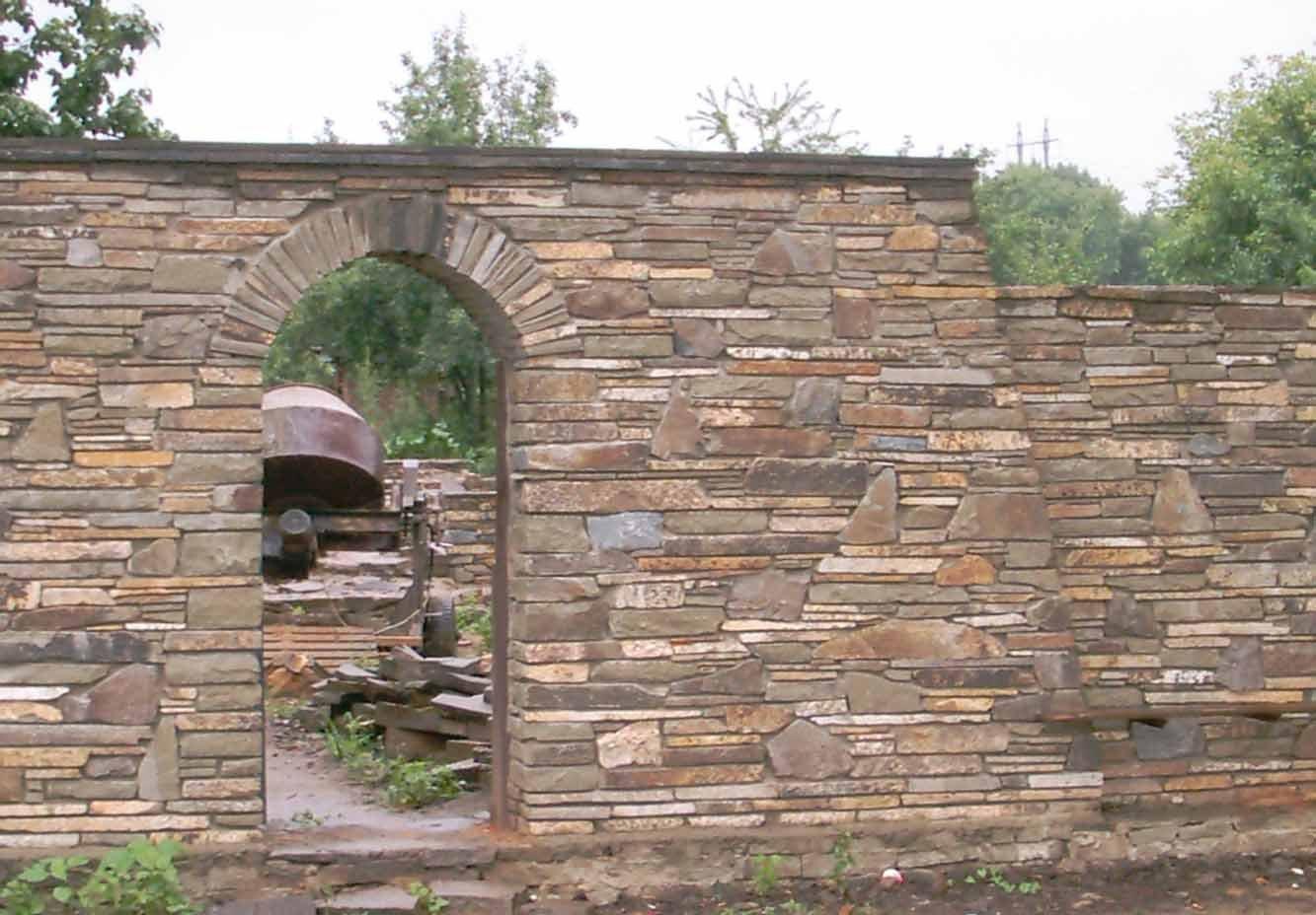 Обустройство: Каменный забор своими руками