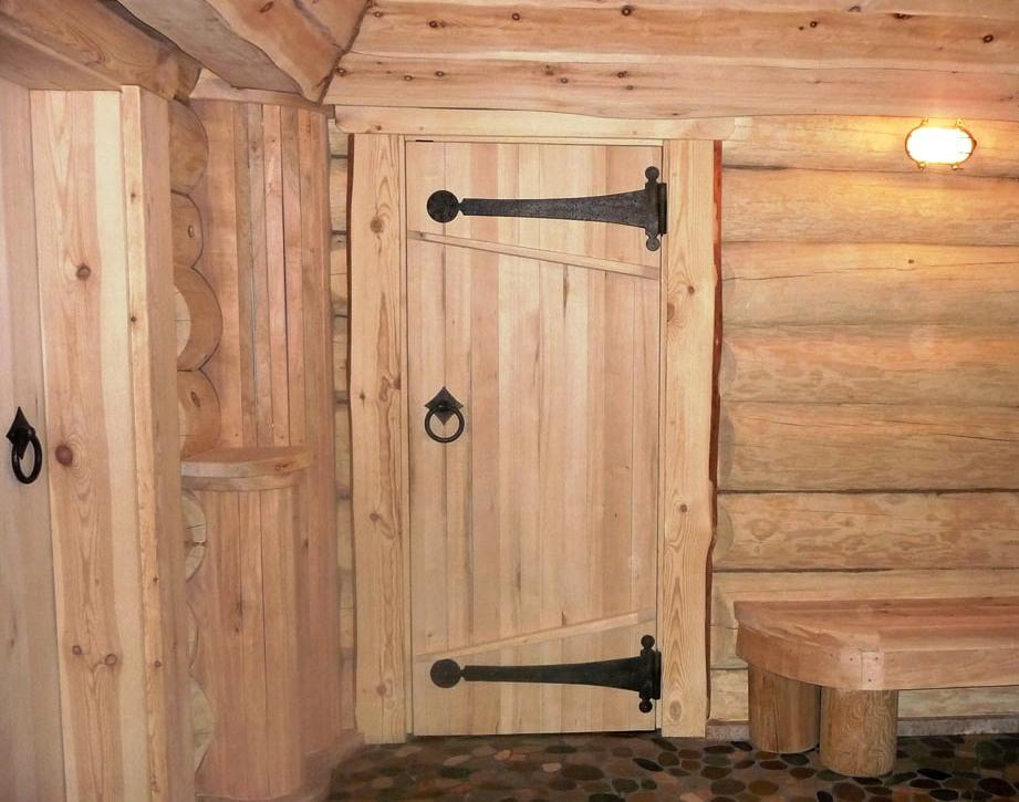 Обустройство: деревянные двери в бане