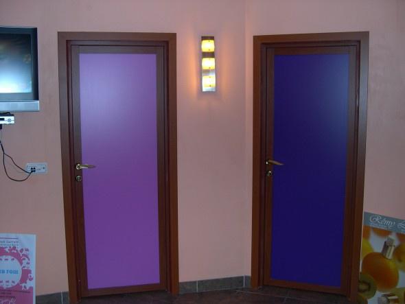 Обустройство: распашная стеклянная дверь